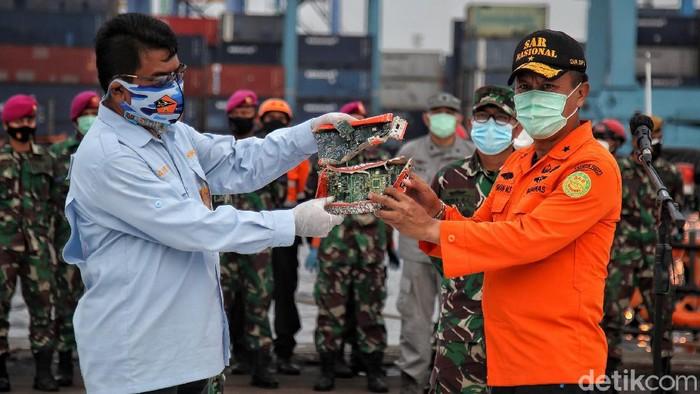 Komponen CVR black box Sriwijaya Air SJ182 diserahkan ke KNKT. Sementara itu Tim SAR gabungan masih terus mencari memori CVR yang belum ditemukan