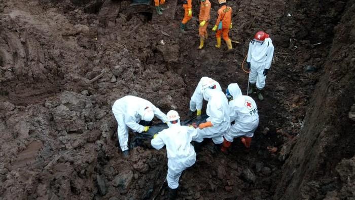 Tim SAR gabungan berhasil menemukan 3 korban jiwa longsor di Sumedang, Sabtu (16/1). Hingga kini, total korban tewas akibat longsor adalah 28 orang.