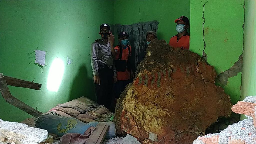Longsor Batu Raksasa Hancurkan Dua Rumah Warga Pacitan