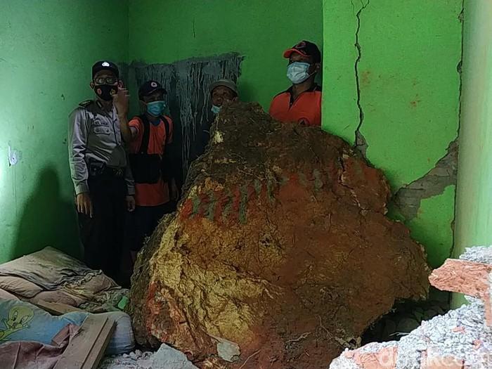 Dua rumah warga RT 02 RW 02 Dusun/Desa Bomo, Kecamatan Punung rusak berat. Itu akibat hantaman batu besar yang terjun dari tebing setinggi 100 meter.