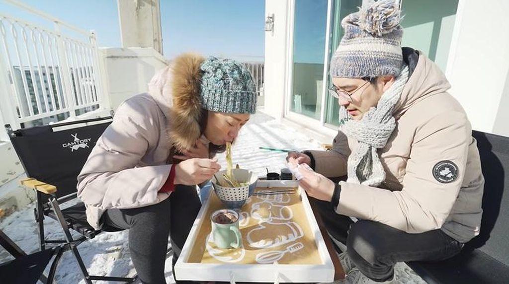 Begini Sensasi Makan Indomie Di Tengah Salju Korea