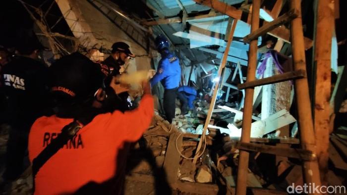 Bangunan asrama santri Pondok Pesantren Al-Madaroh Cianjur, Jawa Barat ambruk. Peristiwa itu diduga terjadi akibat kelebihan beban.
