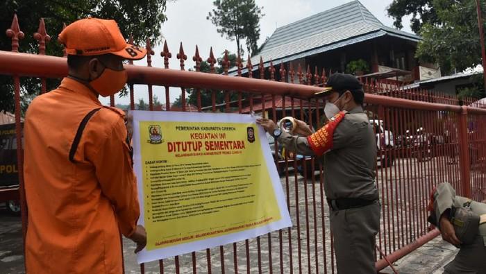Petugas Segel Rumah Makan di Cirebon