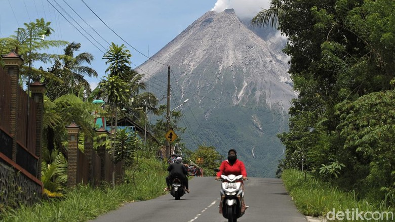 Petugas terus memantau aktivitas Gunung Merapi. Salah satu gunung aktif di Pulau Jawa itu terlihat mengeluarkan asap sulfatara. Berikut penampakannya.