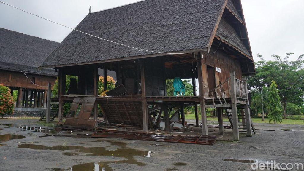 Rumah Adat Mamuju Ambruk Imbas Gempa Sulbar