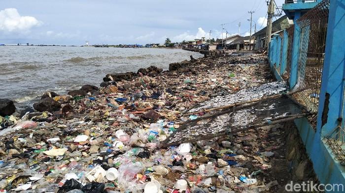 Sampah di Pantai Labuan Pandeglang