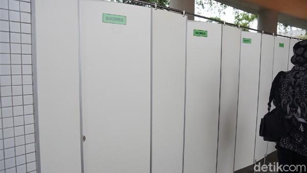 Kini dia menunjukkan toilet percontohan. Fasilitas itu dibangun untuk mendukung ajang balap motor kelas dunia, Moto GP, dan didapuk sebagai toilet pariwisata terbaik se-Indonesia. Toilet itu diketahui didesain oleh seorang arsitek bernama Hadi Purnomo. Arsitek itu merupakan sosok pria yang membangun kantor Bupati Banyuwangi dan banyak memenangi penghargaan.