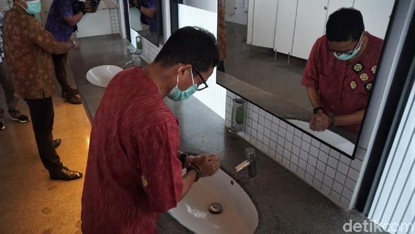 Menteri Pariwisata dan Ekonomi Kreatif (Menparekraf) Sandiaga Uno pamer toilet di Mandalika, Lombok Barat, Nusa Tenggara Barat (NTB). Sandiaga mengklaim itu toilet terbaik se-Indonesia.