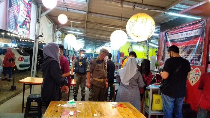 Satpol PP Tangsel patroli ke kafe-kafe di kawasan Pamulang, Sabtu (16/1/2021).
