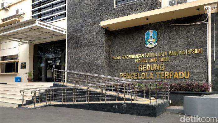 Gedung BPSDM Jatim dialihfungsikan jadi tempat isolasi pasien COVID-19 di Surabaya. Beragam fasilitas tersedia untuk menunjang aktivitas pasien COVID-19 di sana