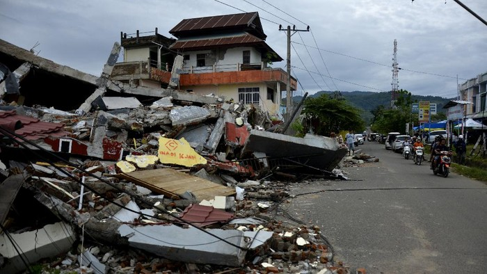 Gempa berkekuatan magnitudo 6,2 mengguncang kawasan Mamuju, Sulbar, pada Jumat (15/2) lalu. Tak sedikit rumah warga yang porak-poranda akibat diguncang gempa.