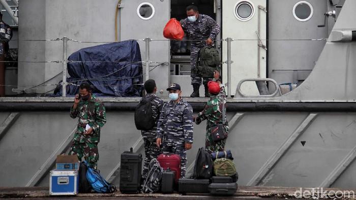 Prajurit TNI AL bersandar di kawasan Posko Darurat Sriwijaya Air, JICT Jakarta Utara, Senin (18/1).
