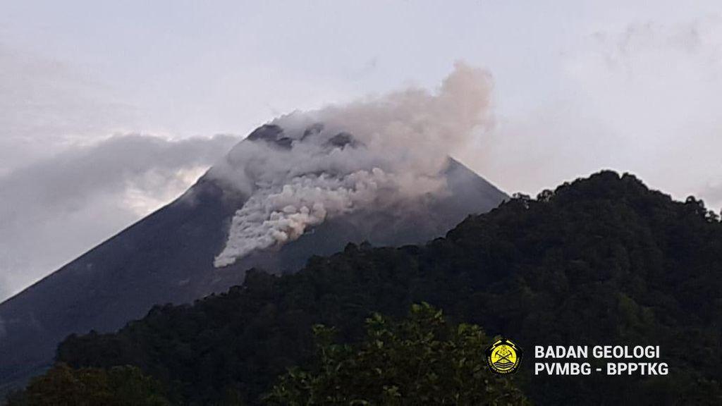 Pagi Ini Gunung Merapi Keluarkan Awan Panas Guguran Sejauh 1 Km