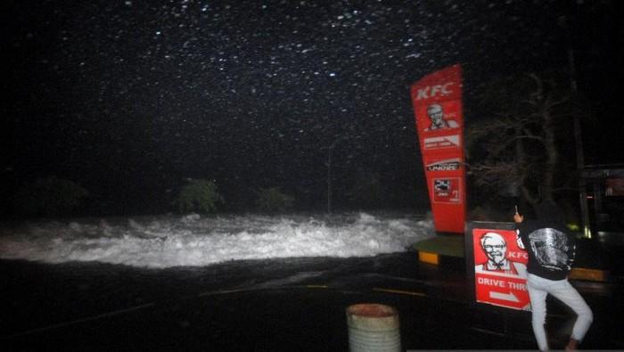 Banjir akibat pasang air laut di kawasan Mantos dan Mega mall. (ANTARA/Atwit)