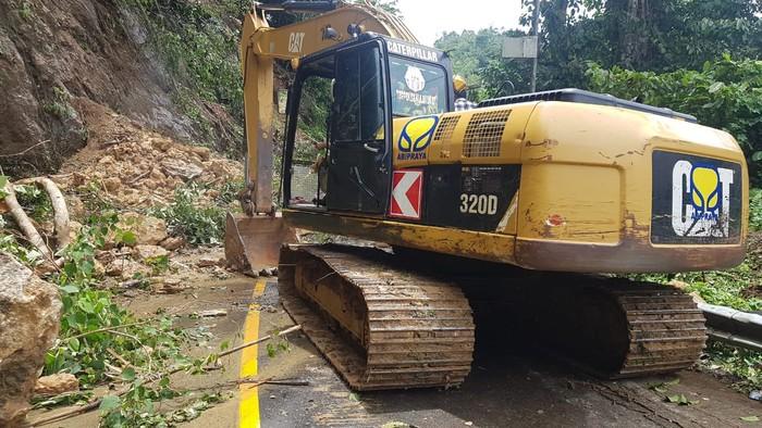 Brantas Abipraya mengerahkan alat berat berupa empat unit excavator, delapan unit dump truck 10.000 liter solar dan sembako ke lokasi gempa di Sulbar.