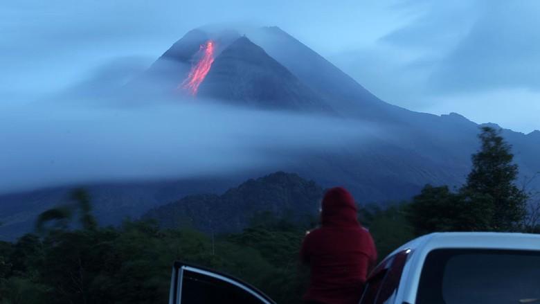 Gunung Merapi di perbatasan Jawa Tengah dan DIY memuntahkan guguran lava pijar. BPPTKG mencatat ada 6 kali guguran lava pijar pada pukul 00.00 WIB-06.00 WIB.