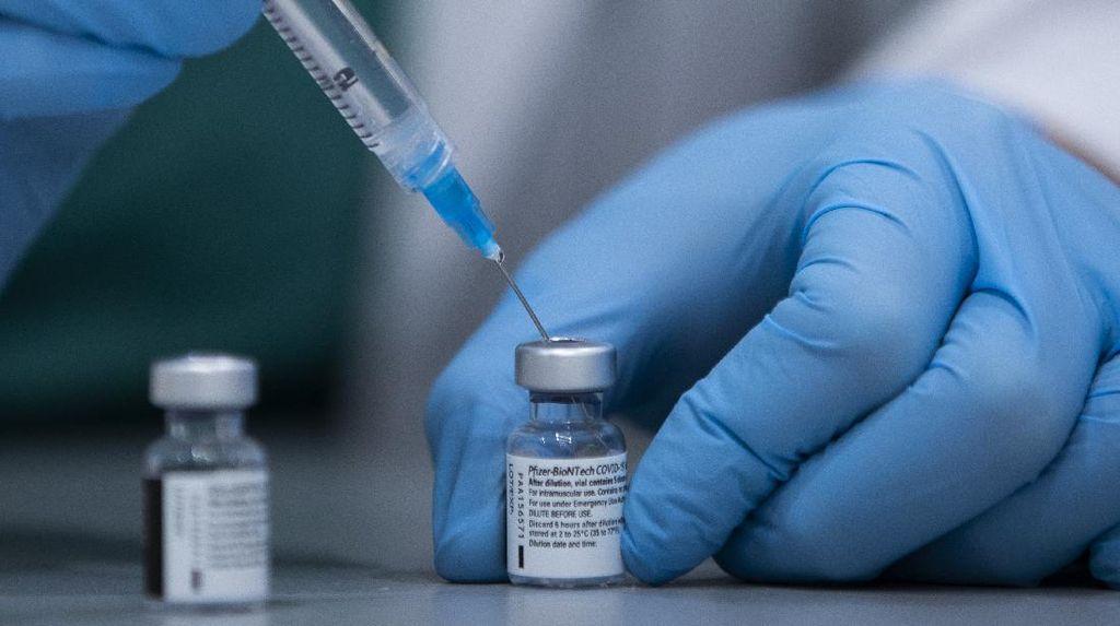 Lansia di Singapura Mulai Disuntik Vaksin COVID-19 Pfizer