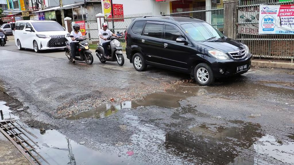 Video Jalan Caman Raya Bekasi Rusak, Campur Air Selokan