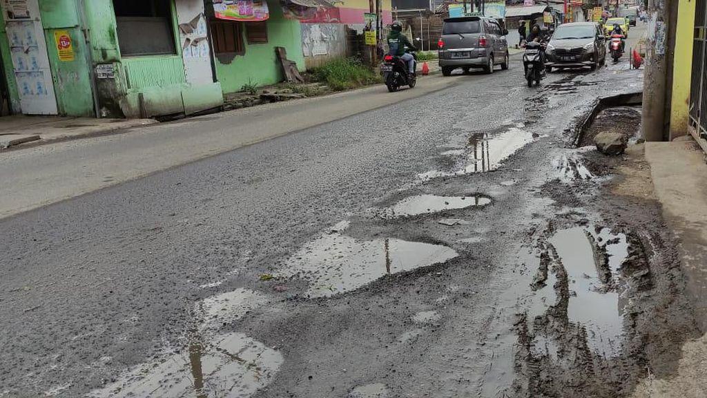Emak-Emak Sering Jadi Korban Jalan Berlubang Jl Caman Raya Bekasi