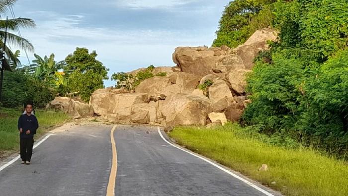 Jalur Majene-Mamuju di di Desa Onang Utara, Kecamatan Tubo Sendana terputus akibat longsor (dok. Istimewa).