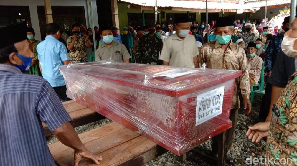 Isak Tangis Sambut Kedatangan Jenazah Arifin Korban Sriwijaya Air SJ182