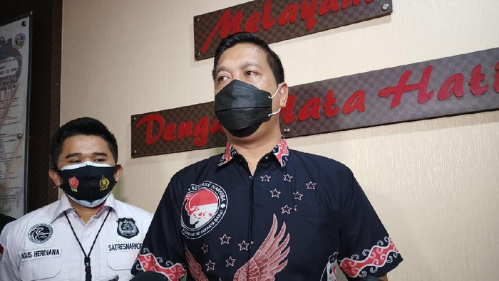 Kasat Narkoba Polres Jakbar AKBP Ronaldo Maradona Sitepu jelaskan pemeriksaan soal Nindy Ayunda.