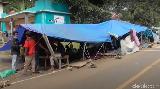 Ingin Dapat Bantuan Logistik, Korban Gempa Sulbar Dirikan Tenda di Bahu Jalan