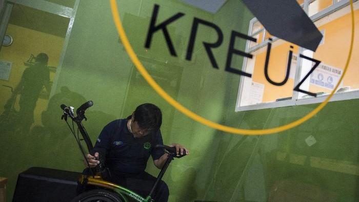 Pekerja menyelesaikan proses penghalusan rangka (main frame) sepeda lipat Kreuz di Bandung, Jawa Barat, Jumat (20/11/2020).