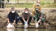 Menteri Sakti Wahyu Trenggono Tebar Benih Ikan di Yogyakarta