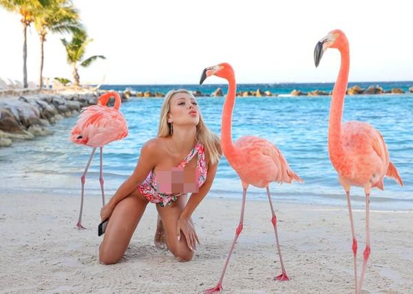 Hobi travelingnya membuat Chaves rela untuk main ke tempat antimainstream. Ini di Aruba, pulau kecil di Amerika Selatan.(Instagram/daniellachavezofficial)