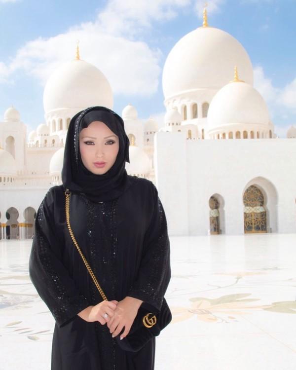 Walaupun profesinya adalah model seksi, Chavez tetap menghormati peraturan saat berkunjung ke sebuah masjid di Dubai. Akhir-akhir ini dia bikin heboh dunia bola karena membeli klub sepakbola Rancagua Sur Sports Club. Sebuah klub di kasta tertingga di Chile. (Instagram/daniellachavezofficial)