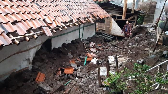 Longsor di tasikmalaya, dua rumah rusak