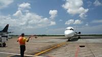 Sempat Diremehkan, Kini Profesi Juru Parkir Pesawat Malah Viral