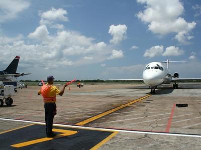 Begini Cara Menjadi Marshaller, Si Tukang Parkir Pesawat