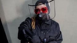 Gaya Unik Melly Goeslaw Pakai Masker & Faceshield Setelah Disemprot Dr Tirta