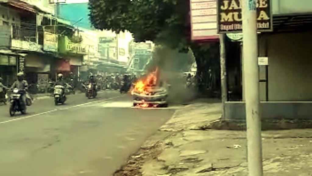 Mobil Tiba-tiba Terbakar di Sukabumi