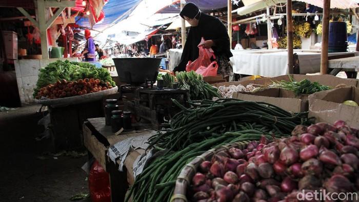 Seorang pembeli membeli bahan sayuran di Pasar Kemiri, Depok, Jawa Barat, Senin (18/1). Pasar Kemiri adalah salah satu pasar tradisional yang sampai saat ini masih bertahan di tengah pesatnya pasar modern.