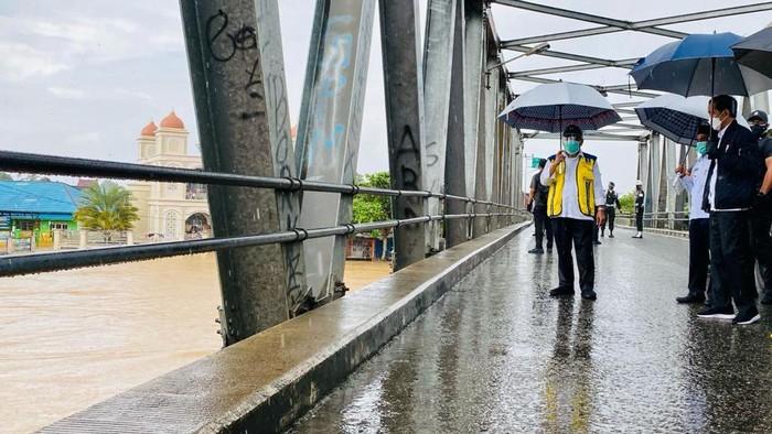 Pasca banjir, Presiden Jokowi mengecek Sungai Martapura dari Jembatan Pekauman, Kab Banjar.