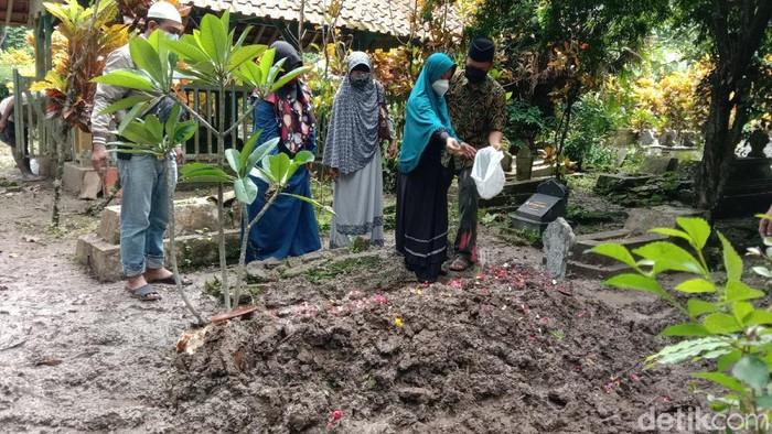 Pemakaman Arifin Ilyas korban Sriwijaya Air SJ182 di Kebumen, Senin (18/1/2021). Tampak sang istri, Nafi Wulandari (21) menaburkan bunga di pusara sang suami.