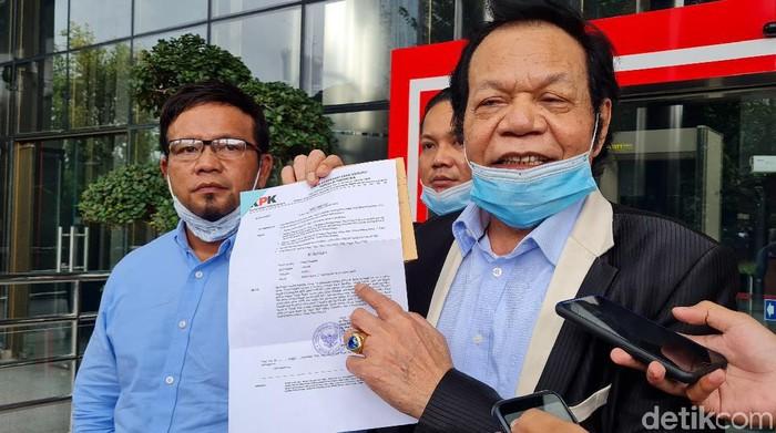 Pengacara Rommy Syahrial membawa surat pemanggilannya ke KPK (Farih/detikcom)