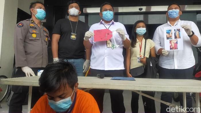 Pemuda di Surabaya melakukan penganiyaan terhadap kekasihnya hingga sempat viral. Ia diamankan polisi setelah sempat melarikan diri.