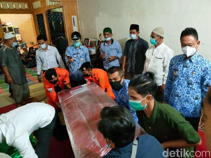 Penyambuatan kedatangan dua jenazah penumpang Sriwijaya Air SJ182 di Pontianak, Kalimantan Barat (Kalbar), diwarnai suasana duka (Adi Saputro/detikcom)
