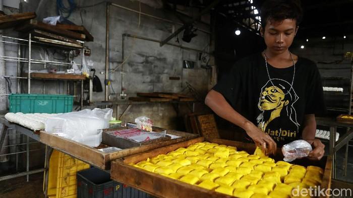 Harga kedelai terus meroket naik. Meski begitu, perajin tahu di di Bojong Sari, Jati Asih, Kota Bekasi, tetap menjalankan produksi untuk memenuhi kebutuhan pasar.