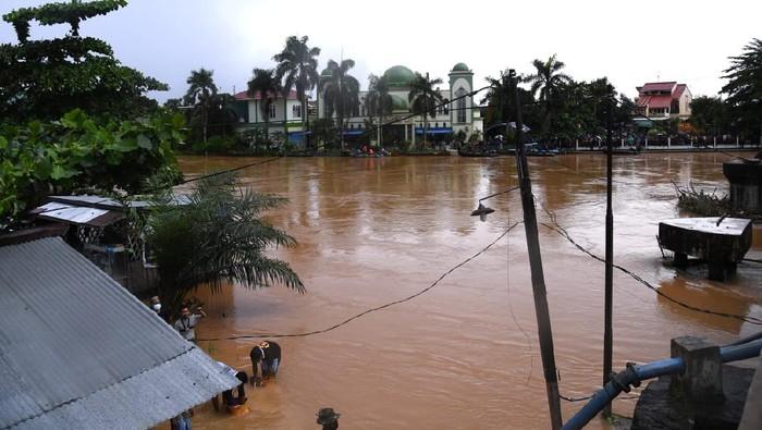 Presiden Jokowi meninjau lokasi banjir Kalsel.