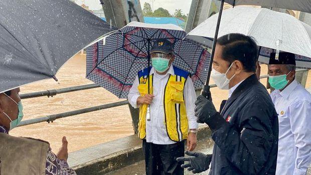 Presiden Jokowi meninjau Sungai Martapura di Banjar pasca insiden banjir di Kalsel.