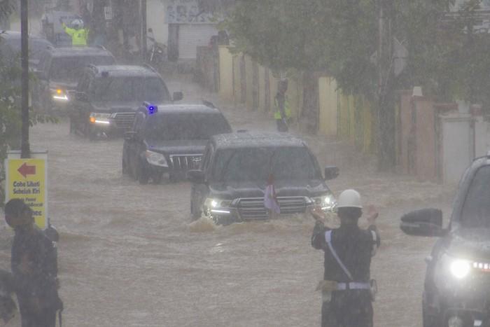 Presiden Joko Widodo yang berada di dalam mobil kepresidenan melintasi banjir di Desa Pekauman Ulu, Kabupaten banjar, Kalimantan Selatan, Senin (18/1/2021). Kunjungan kerja tersebut dalam rangka melihat langsung dampak banjir dan meninjau posko pengungsian korban banjir di Provinsi Kalimantan Selatan. ANTARA FOTO/Bayu Pratama S/aww.
