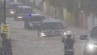 Mobil Kepresidenan Jokowi Terobos Banjir di Kalsel, Hati-hati Mogok Pak