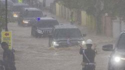 Land Cruiser Jokowi Terobos Banjir, Mesin Diesel Lebih Aman?