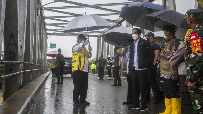 Dihubungi secara terpisah, Kepala Sekretariat Presiden Heru Budi Hartono juga membenarkan kabar tersebut. Menurutnya, rombongan kepresidenan memang harus menerjang banjir untuk mencapai lokasi bencana.