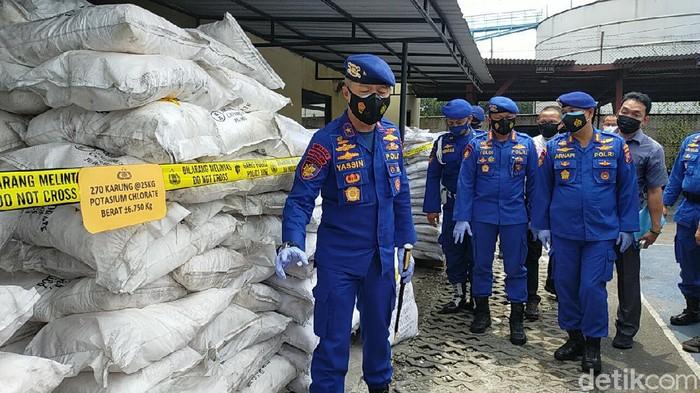 Puluhan Ton Bahan Bom Ikan Diamankan dari Gudang di Surabaya